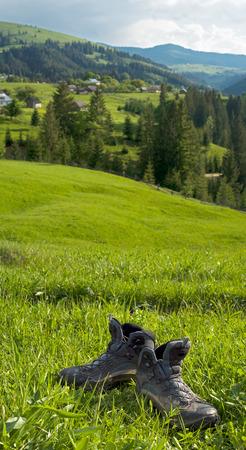 山の背景にトレッキング ブーツ