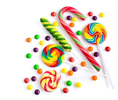Kleurrijke snoepjes geïsoleerd over white