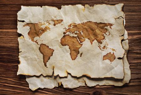 Antiguo mapa de pergamino en el fondo de madera Foto de archivo