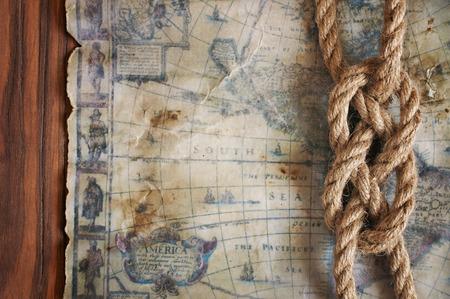 fondo náutico con nudo marinero y viejo mapa de primer plano