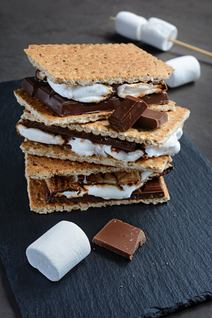 american cuisine: Fresh homemade smores with marshmallows, chocolate and graham crackers. The popular American cuisine dessert.