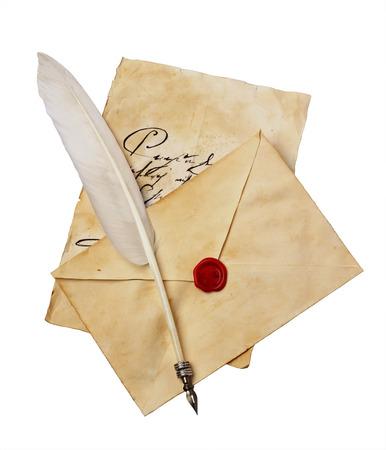 Vecchia lettera con penna d'epoca di scrittura a mano, busta e piuma isolato su sfondo bianco