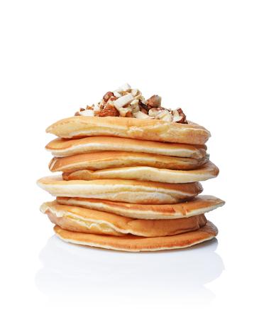 Leckeres Frühstück. Selbst gemachte Pfannkuchen mit zerquetschter Haselnuss lokalisiert auf weißem Hintergrund
