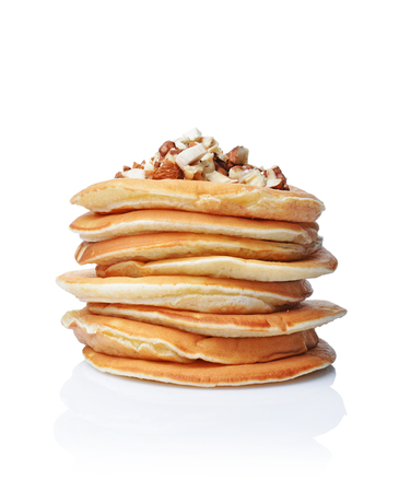 Lekker ontbijt. Zelfgemaakte pannekoeken met gemalen hazelnoot geïsoleerd op een witte achtergrond