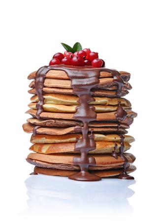 Lekker ontbijt. Zelfgemaakte pannenkoeken met verse Amerikaanse veenbes en gesmolten chocolade geïsoleerd op een witte achtergrond Stockfoto