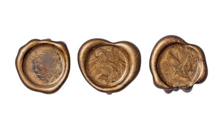 Ensemble de vieux sceaux ou timbres de cire dorés vintage pour enveloppe de courrier rétro isolé sur fond blanc