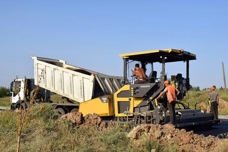 バームート、ウクライナ、2018年8月。アスファルトの舗装を使用して道路のアスファルト。