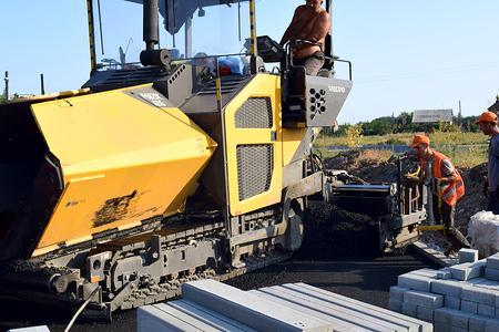 バームート、ウクライナ、2018年8月。アスファルトの舗装を使用して道路のアスファルト。 報道画像