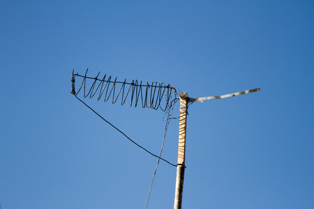 Antenne maison pour regarder la télévision sur un fond de ciel bleu Banque d'images - 47661002