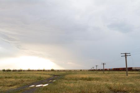 gamme de produit: train de marchandises dans le désert après la tempête Banque d'images