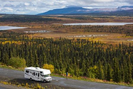 Rv, motorhome on the roads of Alaska. Denali highway. Reklamní fotografie