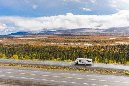 Rv, motorhome on the roads of Alaska. Denali highway. Standard-Bild