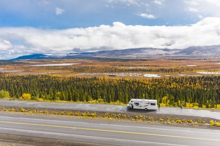 Rv, motorhome on the roads of Alaska. Denali highway. 免版税图像