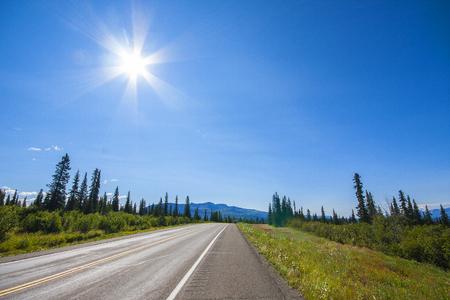 アラスカの道。美しい天候のデナリハイウェイ