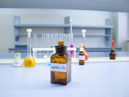 化学研究室では、背景をぼかした写真硝酸銀を含む茶色のガラス瓶 写真素材