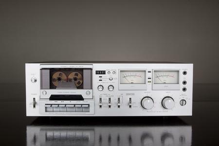 grabadora: Vendimia grabadora de platina Cassette est�reo en el fondo oscuro
