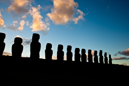 Landscape view of the Easter Island statues in the dusk Stockfoto