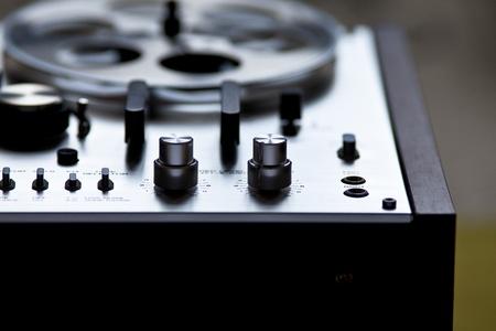 grabadora: Grabadora de Vintage platina magnet�fono est�reo Foto de archivo