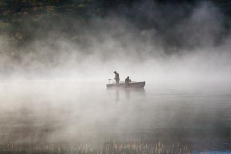 Vissers in de mistige meer