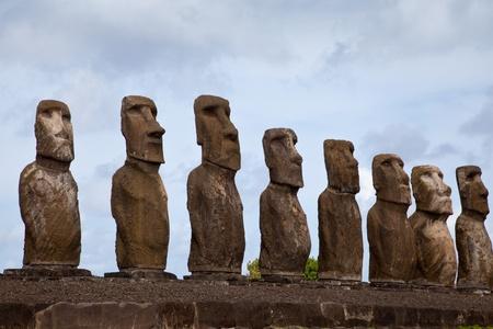 rapa nui: Isla de Pascua Estatuas bajo el cielo azul