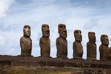 Easter Island Statues onder de blauwe hemel