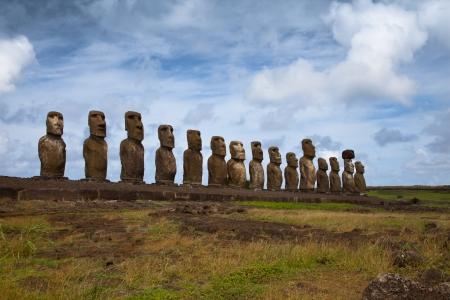 moai: Estatuas de la Isla de Pascua en línea bajo el cielo azul