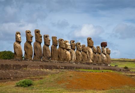 moai: Estatuas de la Isla de Pascua en la línea bajo el cielo azul