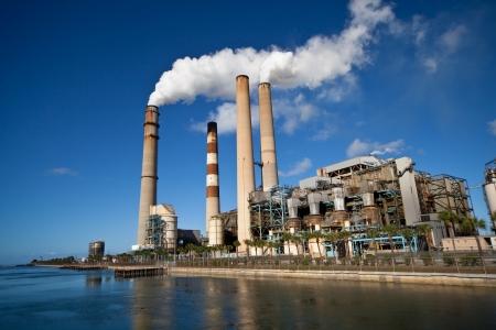 kracht: Industriële energiecentrale met schoorsteen Redactioneel