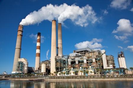 Industriële energiecentrale met schoorsteen Redactioneel