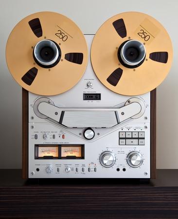 tape recorder: Analógica estéreo de cintas de carrete abierto Grabador con grandes bobinas Foto de archivo