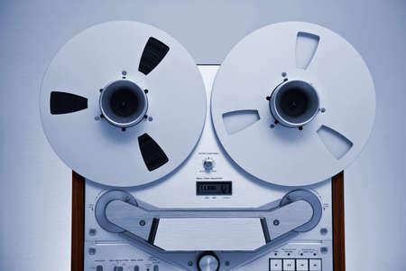 flauta dulce: Analógica estéreo de cintas de carrete abierto Grabador con grandes bobinas Foto de archivo
