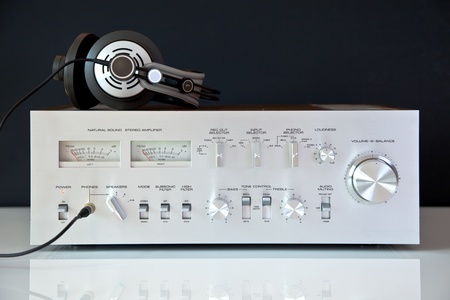 equipo de sonido: Amplificador estéreo con los auriculares vintage Foto de archivo