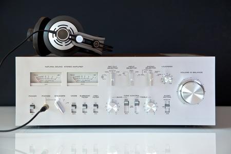 Stereo Vintage versterker met een hoofdtelefoon