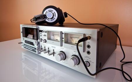 tape recorder: Vintage cinta de casete estéreo o un reproductor grabador de la cubierta con los auriculares Foto de archivo