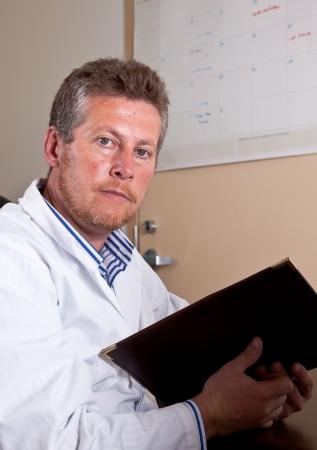 researches: Scienziato studia i risultati dei test