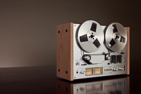 flauta dulce: Estéreo analógico Abrir Reel Tape Cubierta Grabadora Vintage Primer plano detallado Foto de archivo