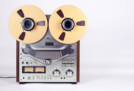 equipo de sonido: Estéreo analógico carrete abierto cinta cubierta Grabadora de DVD con metal Carretes Carretes Foto de archivo