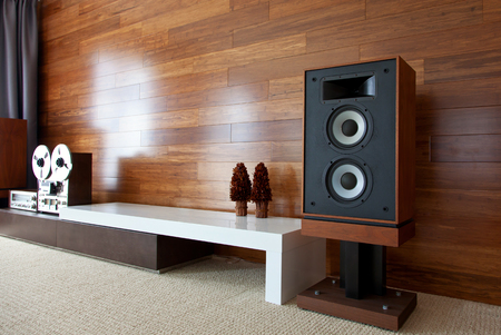 Vintage audio system in minimalistic modern interior, diagonal perspective view Banque d'images
