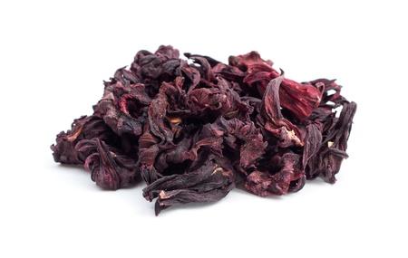 Trockene Blätter von Hibiskus Tee auf dem weißen Hintergrund isoliert