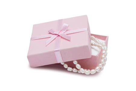 Schmuckschatulle und Perlenkette isoliert auf weißem Hintergrund