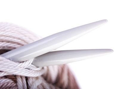 gomitoli di lana: Matasse di filo, aghi closeup su sfondo bianco. Con testo di esempio.
