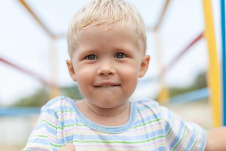 poquito: Boy mira a la cámara mordiendo su labio con estrecha profundidad de campo, mordiendo labio