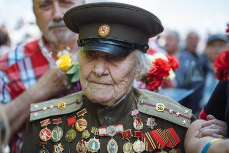 UKRAINE, KIEV, 9 MAI 2016, Jour de la Victoire, le 9 mai. Monument à un soldat inconnu: les vétérans de la Seconde Guerre mondiale portent des fleurs au monument d'un soldat inconnu Éditoriale