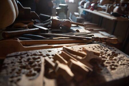 Atelier de maître artisan professionnel Tar travail détaillé sur violon en bois dans un atelier. Instrument traditionnel azerbaïdjanais.