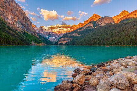 Lake Louise bei Sonnenuntergang. Banff Nationalpark. Alberta. Kanada