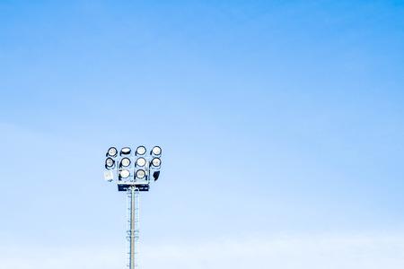 cielo despejado: reflectores para iluminar el estadio Foto de archivo