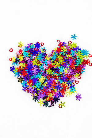 coldly: Color the heart of decorative snowflakes and hearts in the snow