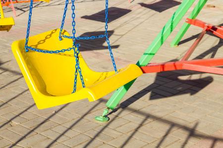 atracci�n: Atracci�n columpio amarillo en una cadena