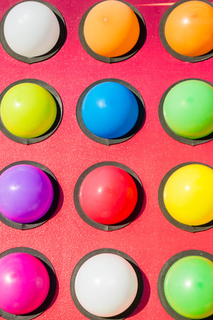 atracci�n: Atracci�n en la feria a punto de estallar globos de colores
