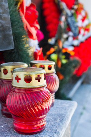 commemorative: Commemorative Burgundy candle re wreaths at the memorial wall of remembrance Stock Photo